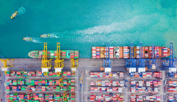topputsikt över djup havs hamn med lastfartyg och containrar. det är en import och export last hamn där är en del av sjöfarten docka och exportera produkter över hela världen - hamn bildbanksfoton och bilder
