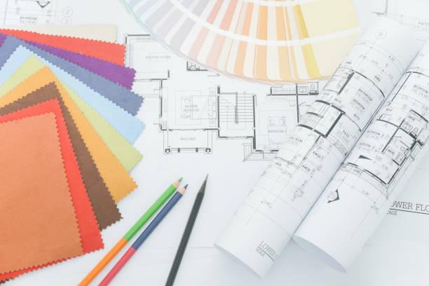 bovenaanzicht van ontwerper bureau met monster van materiaal en kleur potlood - interior design stockfoto's en -beelden