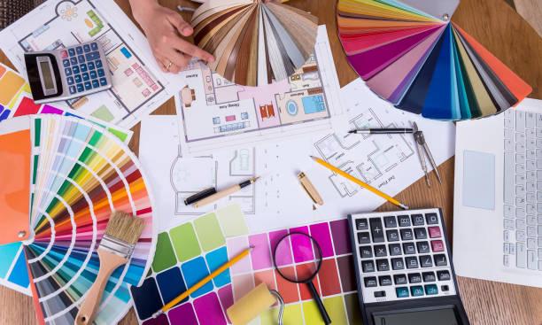 bovenaanzicht van ontwerpers handen met houten sampler - interior design stockfoto's en -beelden