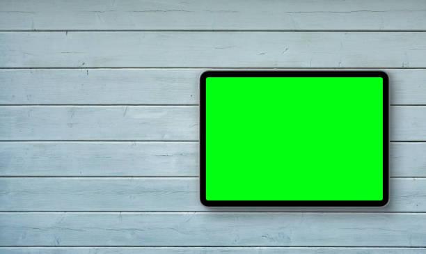 bovenaanzicht van digitale tablet pc met groene geïsoleerd scherm op houten bureau. concept werkplek. - green screen stockfoto's en -beelden