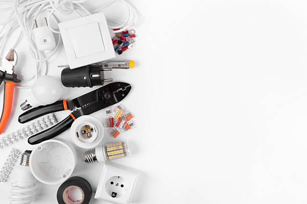 Vista de cima de ferramentas e equipamentos elétricos em branco - foto de acervo