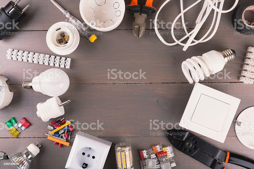 Aufsicht auf elektrische Geräte und Ausrüstung auf einem Holztisch – Foto