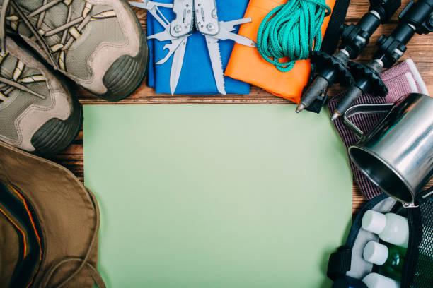 vista superior del equipo para senderismo y viajes - boy scout fotografías e imágenes de stock