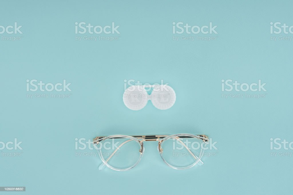 d9537f908b vista superior del envase de anteojos y lentes de contacto sobre fondo azul  foto de stock