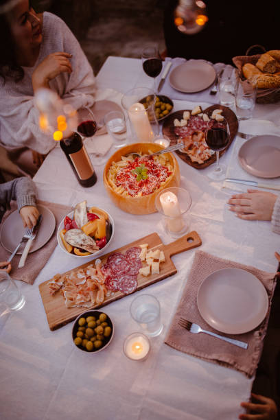 draufsicht der familie im traditionellen rustikalen mediterranen tisch - pasta deli stock-fotos und bilder