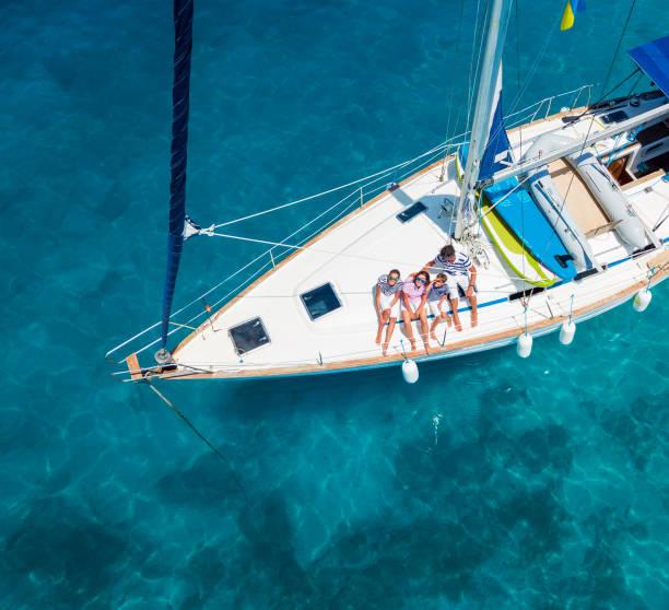 top utsikt över familj med bedårande barn vilar på yacht - katamaran bildbanksfoton och bilder