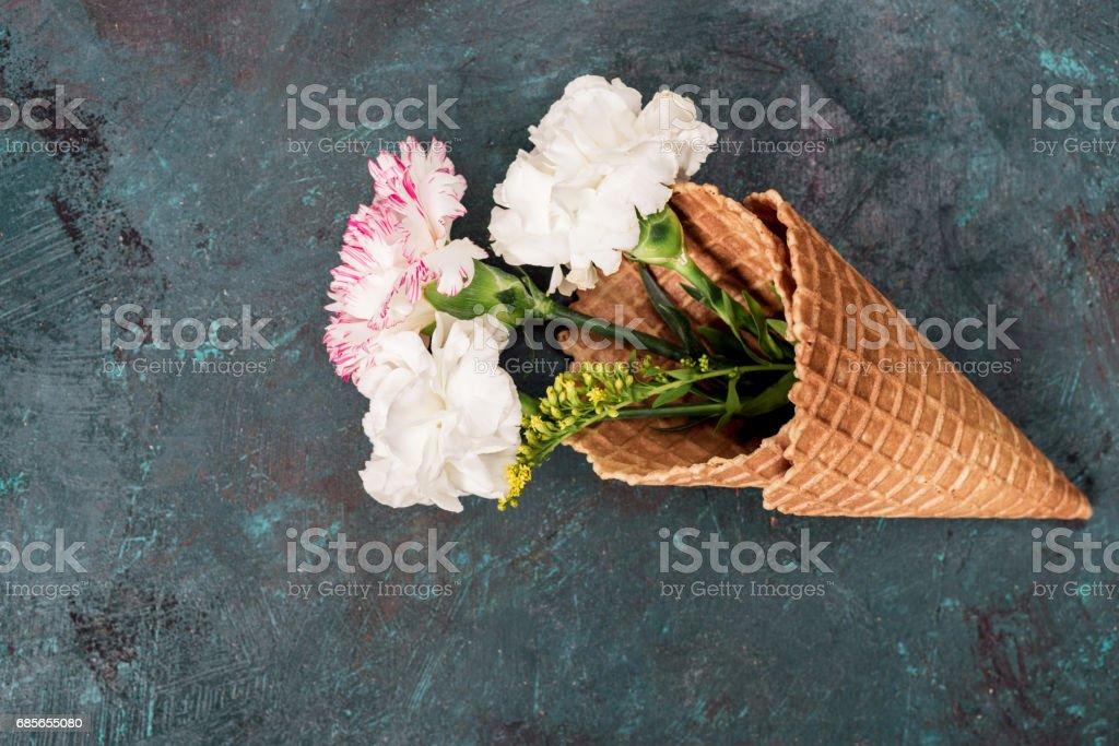 頂視圖的花在糖錐躺在石檯面,靜物 免版稅 stock photo