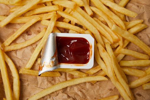 Konteyner Ketçap Ile Buruşuk Kağıt Üzerinde Fransız Kızartması Üstten Görünüm Stok Fotoğraflar & Baharat'nin Daha Fazla Resimleri