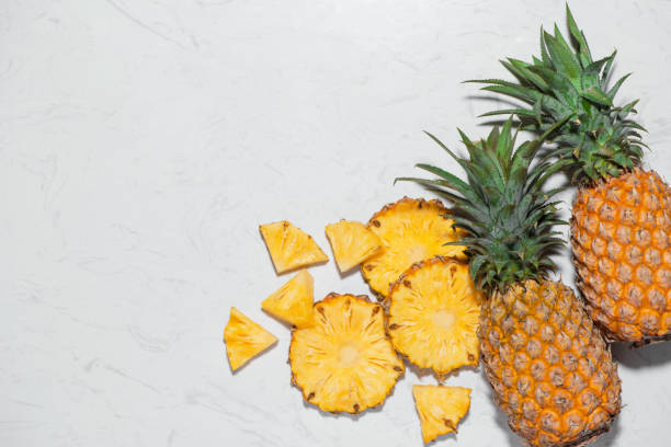 draufsicht der frisch geschnittenen ananas auf marmor hintergrund. - ananas marmelade stock-fotos und bilder