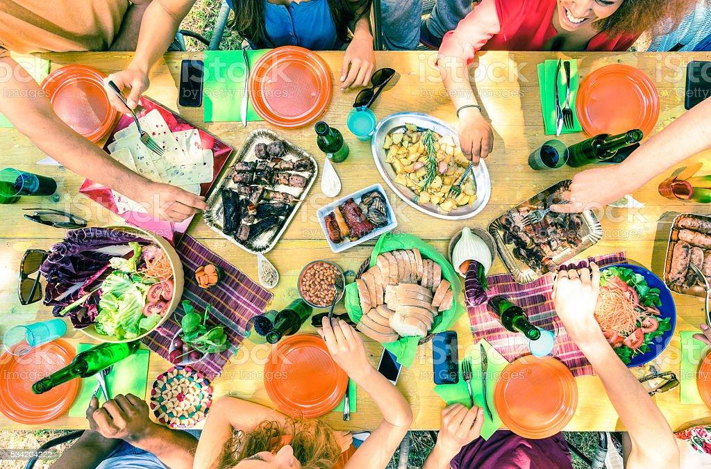 Aufsicht auf Freund Hände mit Speisen im barbecue-party – Foto
