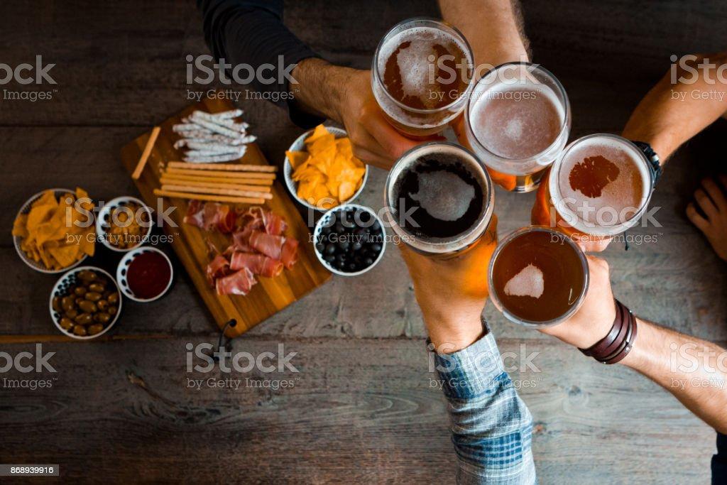 Draufsicht von Freunden Toasten mit Bier in der Kneipe Gläser Lizenzfreies stock-foto