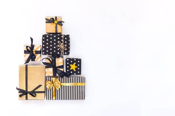 draufsicht von geschenk-boxen in verschiedenen ausführungen von schwarz, weiß und golden. flach zu legen. ein konzept von weihnachten, neujahr, geburtstagsfeier. - originelle geburtstagsgeschenke stock-fotos und bilder