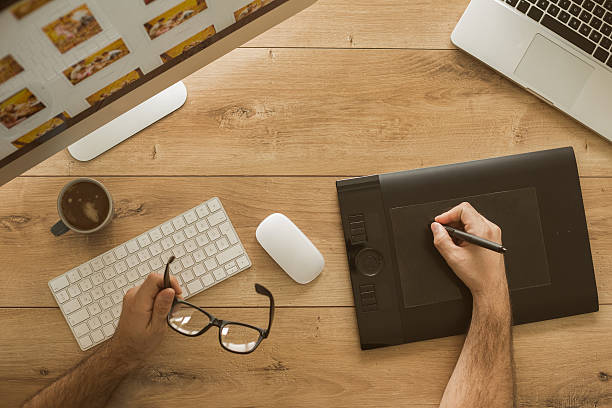 top view of graphic designer working in home office - graphisme photos et images de collection