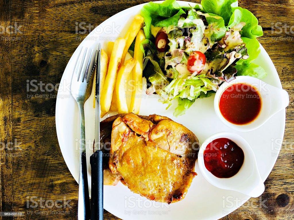 Izgara tavuk biftek salatası ve patates kızartması ile üstten görünüm ahşap tablo - Royalty-free Barbekü Stok görsel