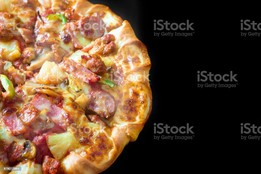 Vista de cima meia Pizza com queijo presunto bacon e calabresa em fundo branco isolado com fumaça de vapor quente. Comida e cozinhado conceito. Almoço tempo servir e sedentos de tema. Serviço de entrega de pizza - foto de acervo