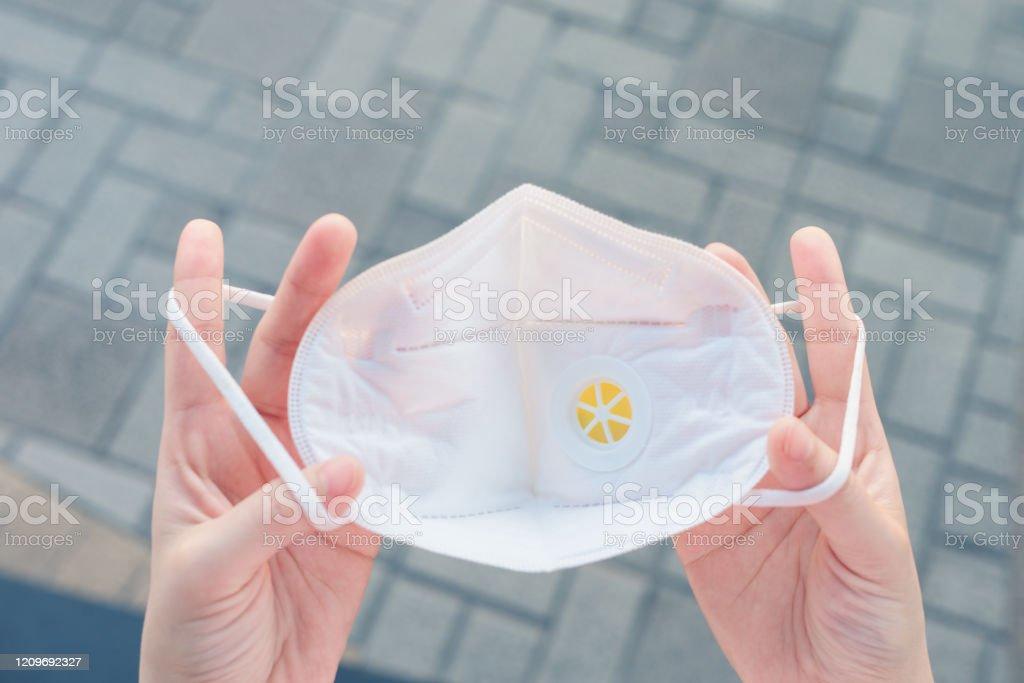 Top-Ansicht der Hand halten pm 2.5 Gesichtsschutzmaske und bereit zu ware - Lizenzfrei Ansteckende Krankheit Stock-Foto