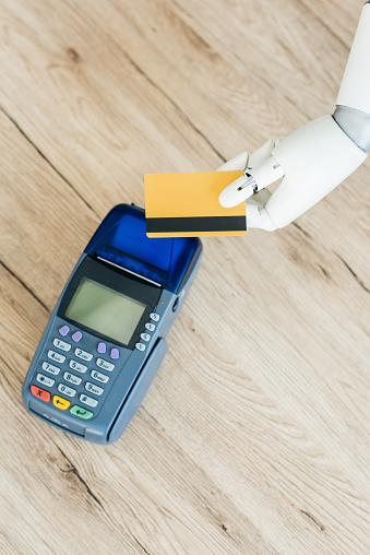 나무 테이블에 터미널 지불 위 신용 카드를 들고 로봇의 손의 상단 보기 0명에 대한 스톡 사진 및 기타 이미지