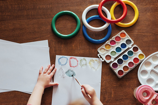 636761588 istock photo Top view of hands and brush paint watercolor  gouache 645343666