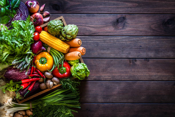 draufsicht auf gesundes gemüse in einer holzkiste - karotten gesund stock-fotos und bilder