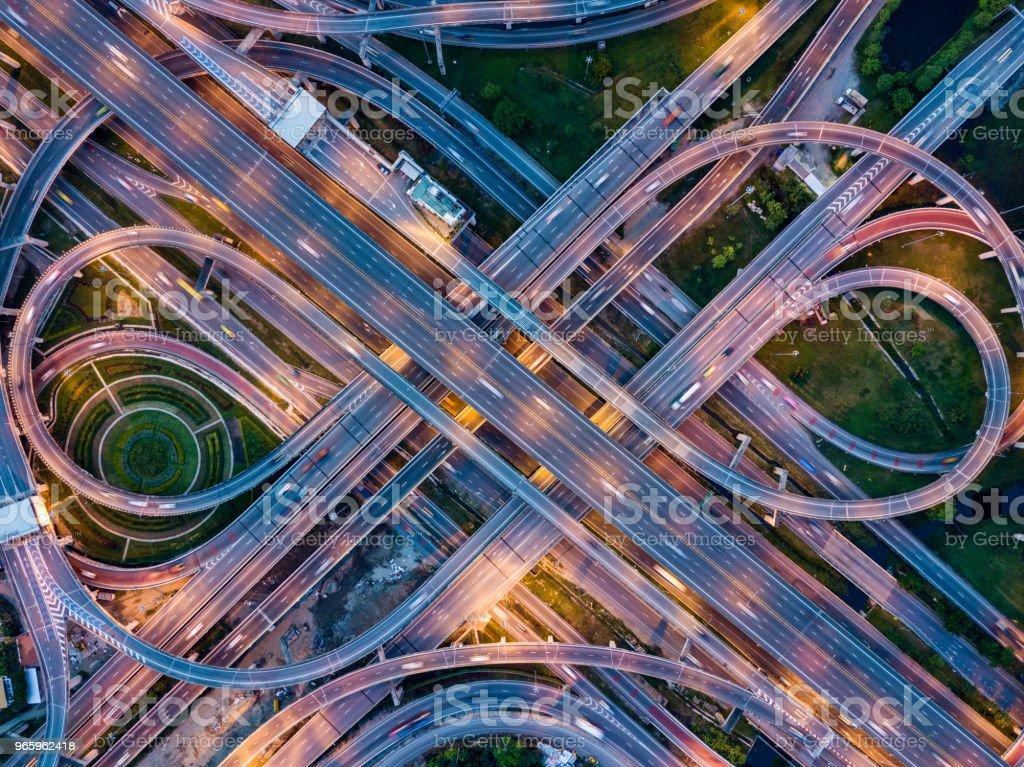 Bovenaanzicht van snelweg weg kruispunten in de nacht. De weg van de snelweg Doorsnedebereiken viaduct de oostelijke buitenste ringweg van Bangkok, Thailand. - Royalty-free Auto Stockfoto
