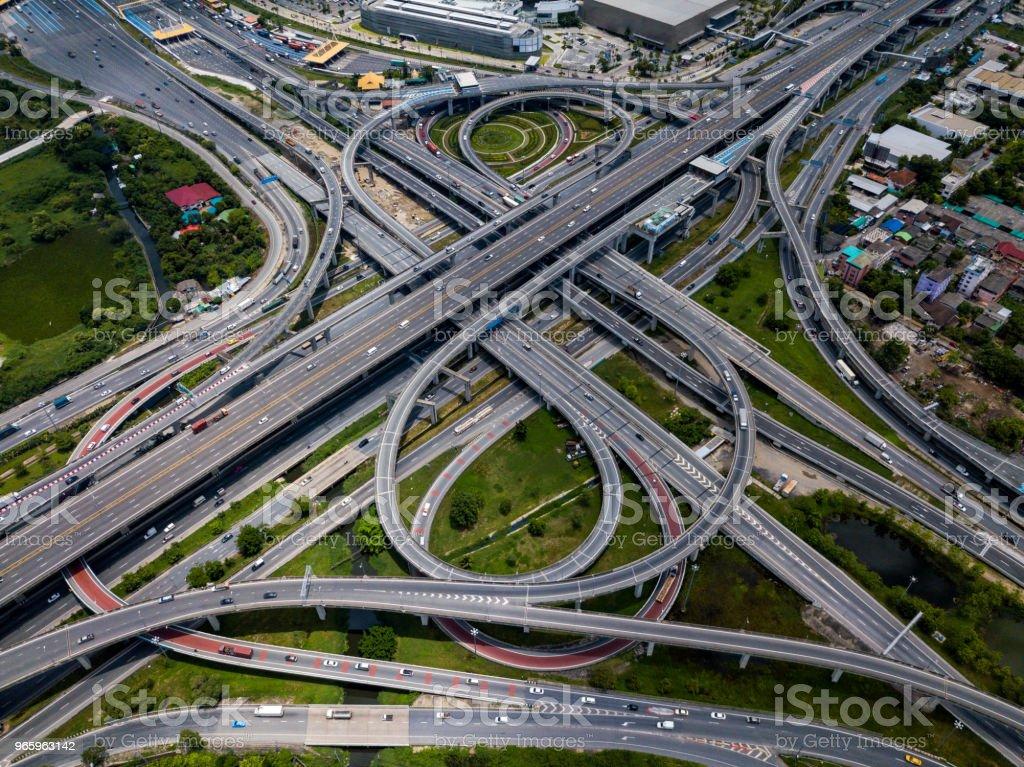 Draufsicht auf Autobahn-Kreuzungen. Die schneidende Autobahn Straßenüberführung der östlichen äußeren Ringstraße von Bangkok, Thailand. - Lizenzfrei Auto Stock-Foto