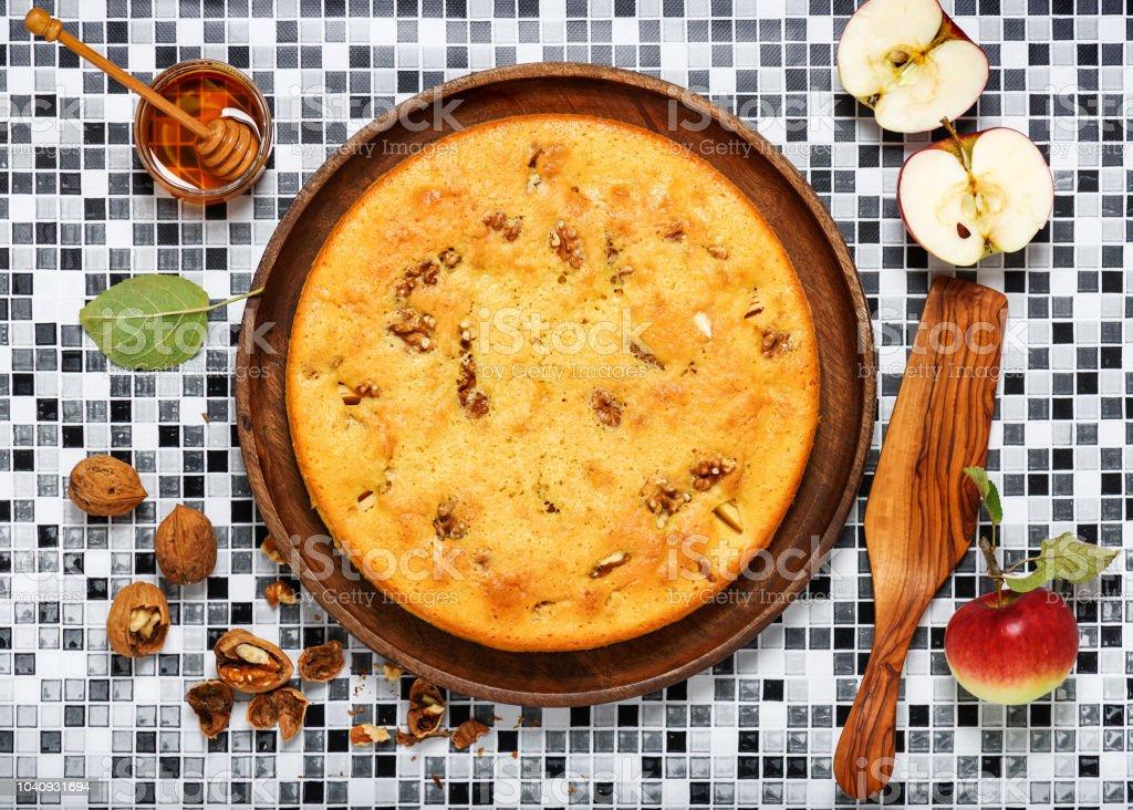 Vista superior da torta de maçã caseira com noz e mel. - foto de acervo