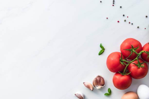 draufsicht der zutaten zum kochen omelett zum frühstück auf weißen marmor oberfläche - gemüsefond stock-fotos und bilder