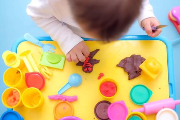 draufsicht der asiatischen 18 monate alten kleinkind baby junge kind spaß spielen bunte knetmasse / dought, spielzeug zum spielen schule, kreatives spiel lernspielzeug für kleinkinder konzept kochen spielen - knete spiele stock-fotos und bilder