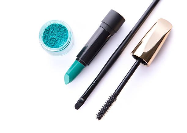 mit blick auf weite eye shadow, lippenstift, make-up brush - blaues augen make up stock-fotos und bilder