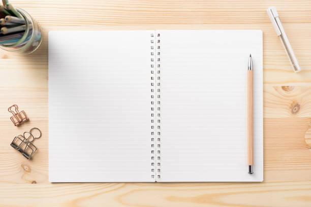 Draufsicht der Menge von stationären, wie Spiral Notizbuch und Holz Druckbleistift schwarz... etc. auf Holztisch Hintergrund – Foto