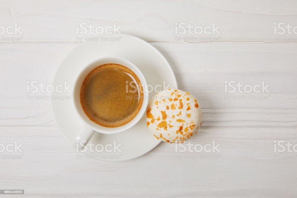 vue de dessus du macaron et café tasse sur la table en bois blanc - Photo de Aliment libre de droits