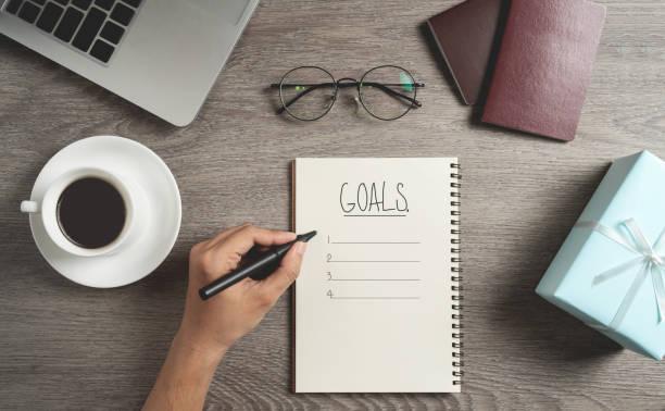 La vista superior de la mano del hombre es planificar y escribir para hacer lista - foto de stock