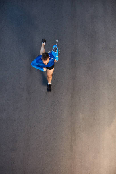 Top Blick auf den Mann, der auf der Straße läuft. – Foto