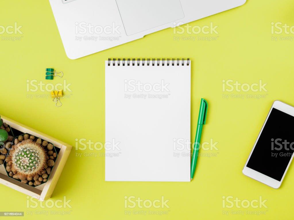 Draufsicht Der Moderne Helle Gelbe Burodesktop Mit Leeren Notepad