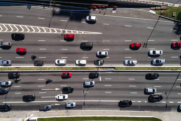 draufsicht der bewegten autos und busse in der avenue - autos und motorräder stock-fotos und bilder