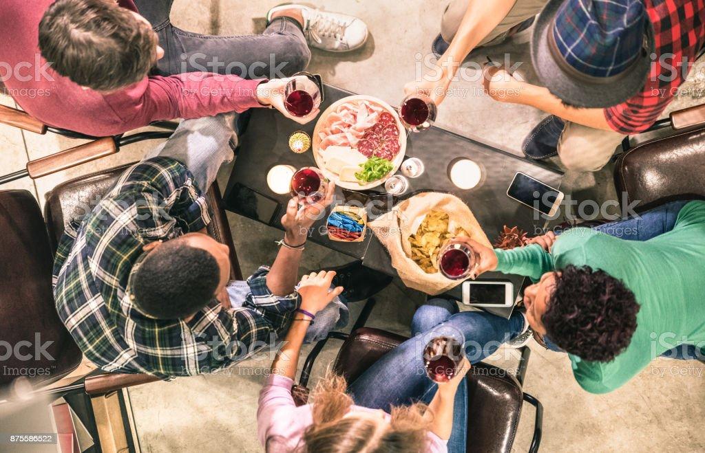 Draufsicht der Multi rassische Freunde Verkostung Rotwein und Spaß an der Mode bar Bodega Restaurant - Konzept multikulturellen Freundschaft mit Menschen genießen Zeit trinken zusammen - Indoor Neutralfilter – Foto