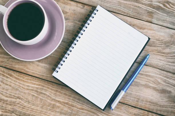 Vista superior do bloco de notas, café e caneta - foto de acervo