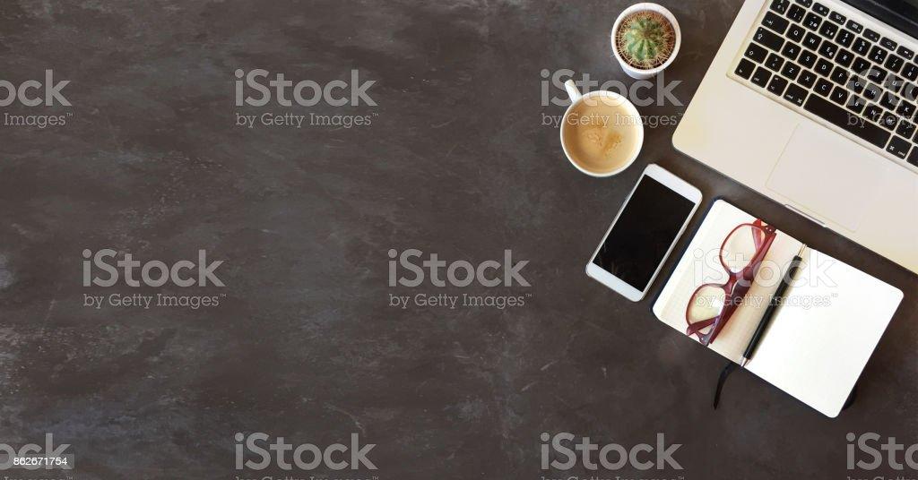 Vue de dessus de bureau sur un fond texturé noir photo libre de droits