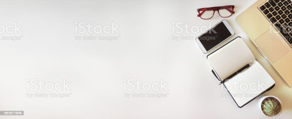 Vista superior del escritorio de la oficina sobre fondo blanco - foto de stock