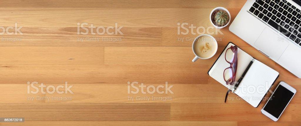 Vista superior del escritorio de la oficina sobre fondo de madera - foto de stock