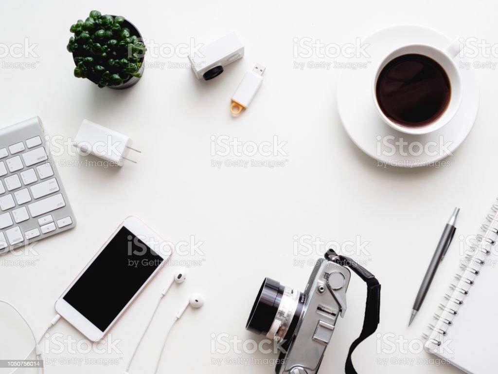Draufsicht Des Buro Schreibtisch Arbeitsplatz Mit Notebook Smartphone Und Gadget Auf Weissem Hintergrund Mit Textfreiraum Grafikdesigner Kreative Designerkonzept Stockfoto Und Mehr Bilder Von Arbeiten Istock