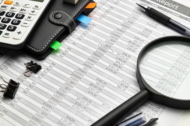 Top-Ansicht des Schreibtischs von Büromitarbeitern - Arbeiten mit Finanzberichten, Analysen und Buchhaltungen, Tabellen und Grafiken, verschiedenen Büropositionen für die Buchhaltung – Foto