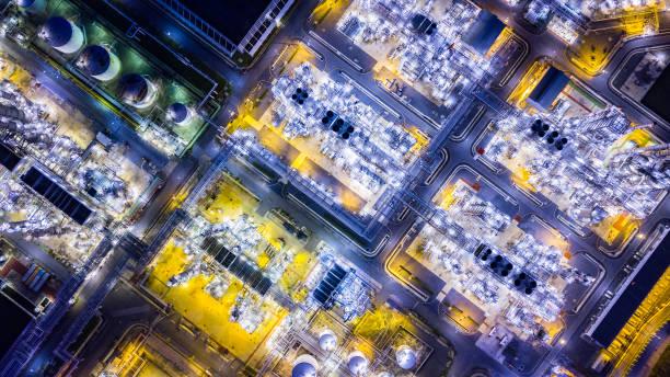 Top-Ansicht der Ölraffinerie bei Nacht – Foto
