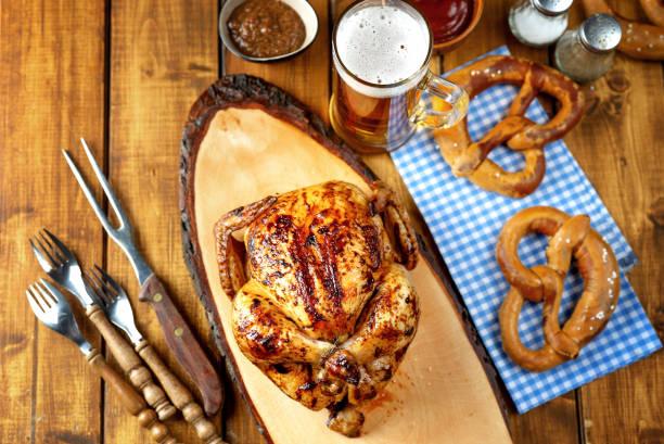 top-ansicht des oktoberfest-hintergrunds mit traditionellem bayerischem essen - top restaurants münchen stock-fotos und bilder
