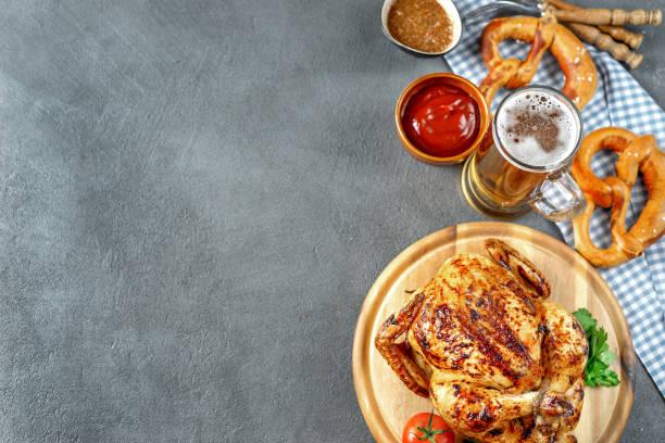 top-ansicht des oktoberfest-essens auf rustikalem hintergrund - top restaurants münchen stock-fotos und bilder