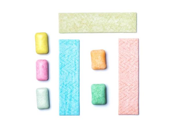 beyaz arka plan üzerinde izole organize sakız üstten görünüm - sakız şekerleme stok fotoğraflar ve resimler