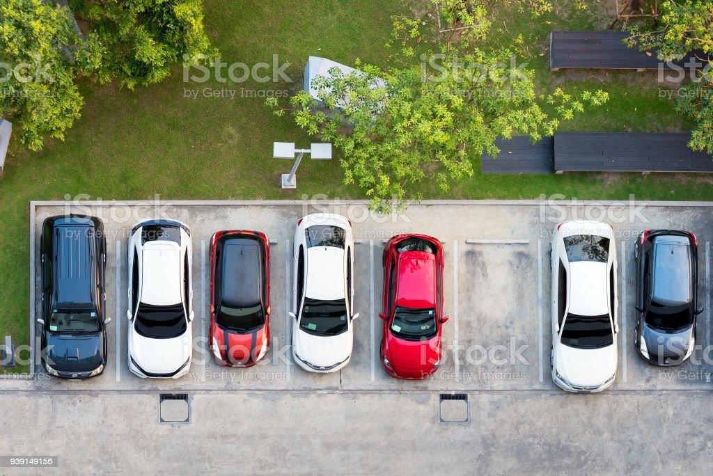 Draufsicht der Parkplatz mit kleinen Garten in modernen Gebäude – Foto