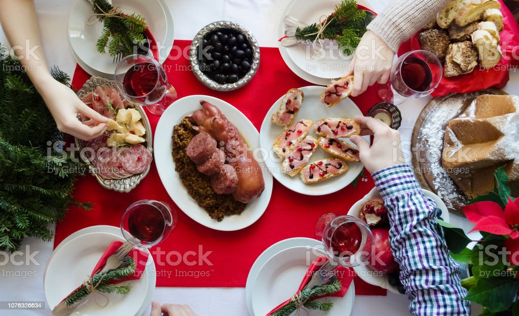Weihnachtsessen Italien.Draufsicht Des Menschen Weihnachtsessen Gemeinsam Genießen Stockfoto