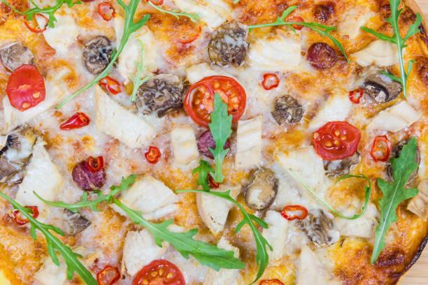 draufsicht der pizza mit hähnchen, fragment nahaufnahme - gebackene champignons stock-fotos und bilder