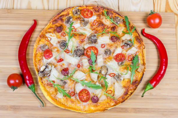 draufsicht der pizza mit hähnchen, gemüse auf schneidebrett - gebackene champignons stock-fotos und bilder